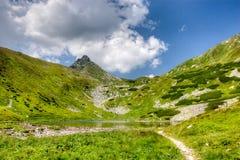 Lago surpreendente da montanha e pico rochoso Foto de Stock