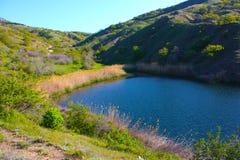 Lago surpreendente em montanhas de Crimeia Imagem de Stock