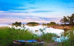Lago svedese con la barca Fotografia Stock Libera da Diritti