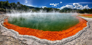 Lago térmico Champagne Pool, Nova Zelândia foto de stock
