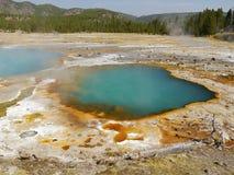 Lago térmico colorido sumário em Yellowstone Imagens de Stock Royalty Free