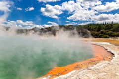 Lago térmico famoso Champagne Pool no país das maravilhas do thermanl de Wai-O-Tapu em Rotorua foto de stock royalty free