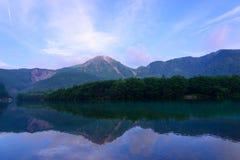 Lago Taisho y soporte Yake en Kamikochi, Nagano, Japón Foto de archivo libre de regalías