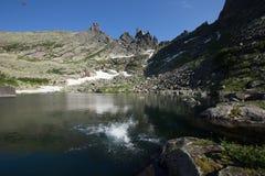 Lago tale nas montanhas do Sayan ocidental fotos de stock