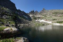 Lago tale nas montanhas do Sayan ocidental foto de stock