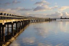 Lago Taupo en el amanecer imagenes de archivo