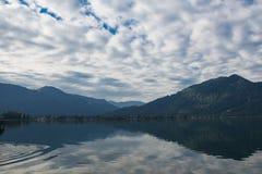 Lago Tegernsee e montagne dell'alpe Immagini Stock