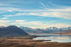 Lago Tekapo com prado e montanha, Nova Zelândia Foto de Stock Royalty Free