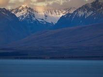 Lago Tekapo con le montagne della neve fotografia stock libera da diritti