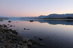Lago Tekapo en la salida del sol, isla del sur, Nueva Zelanda fotos de archivo