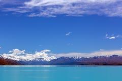 Lago Tekapo turquoise ed alpi del sud innevate, Nuova Zelanda Fotografia Stock