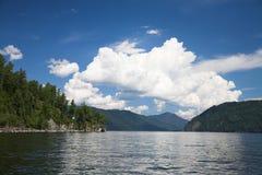 Lago Teletskoe Imagenes de archivo
