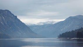 Lago Teletskoe contra montanhas filme