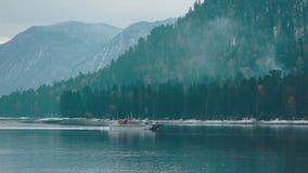 Lago Teletskoe contra montanhas video estoque