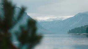 Lago Teletskoe contra montanhas vídeos de arquivo