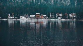 Lago Teletskoe contra montanhas e vila vídeos de arquivo