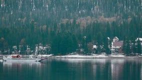 Lago Teletskoe contra montanhas e vila video estoque