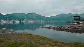Lago Teletskoe contra montanhas e vila filme
