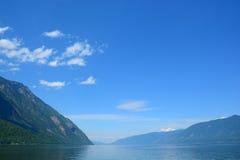 Lago Teletskoe Montagne di Altai, Siberia La Russia Fotografie Stock