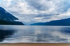 Lago Teletskoye di mattina Vista dalla riva del sud Repubblica di Altai La Russia Fotografie Stock Libere da Diritti