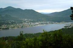 Lago Teletskoye. Le montagne di Altai Immagini Stock