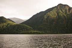 Lago Teletskoye Montagne di Altai La Russia Fotografie Stock Libere da Diritti