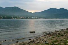 Lago Teletskoye no por do sol. Montanhas de Altai Imagens de Stock