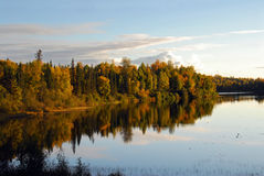 Lago tempestuoso Alaska en otoño imagen de archivo libre de regalías