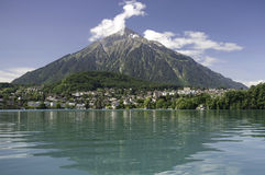 Lago Thun e supporto Niesen, Svizzera Fotografia Stock