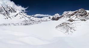 Lago Tilicho y montañas de Himalaya Fotos de archivo