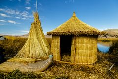 Lago Titicaca, ilha de Uros, casa de bambu, Peru foto de stock