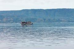 Lago Toba de los passangers del barco foto de archivo