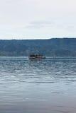 Lago Toba de los passangers del barco de la distancia fotografía de archivo libre de regalías