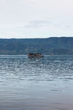 Lago Toba dos passangers do barco da distância Fotografia de Stock Royalty Free