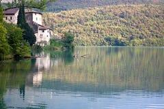 Lago Toblino con el castillo imagenes de archivo