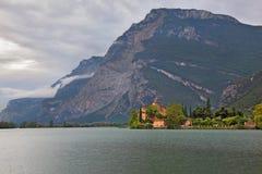 Lago Toblino nelle montagne Immagini Stock Libere da Diritti