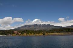 Lago Todos los Santos med den snöig vulkan Fotografering för Bildbyråer