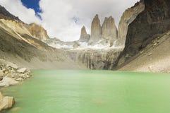 Lago Torres del paine nella Patagonia con le pareti della roccia Fotografia Stock Libera da Diritti
