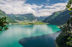 Lago Tourquise, caminos y montañas suizas en Suiza foto de archivo libre de regalías