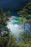 Lago Tovel nelle dolomia di Brenta Fotografie Stock