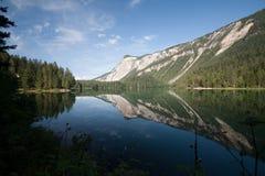 Lago Tovel nelle dolomia di Brenta Fotografia Stock