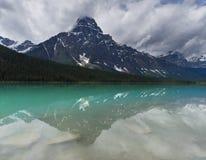 Lago tranquillo con la riflessione della montagna, Alberta, Canada waterfowl del turchese Fotografia Stock