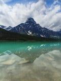 Lago tranquillo con la riflessione della montagna, Alberta, Canada waterfowl del turchese Fotografie Stock Libere da Diritti