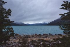 Lago tranquillo della montagna un giorno nuvoloso lunatico fotografia stock