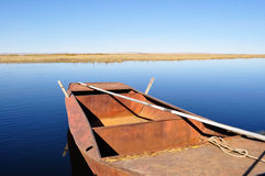 Lago tranquilo con la detención del barco de fila Fotos de archivo