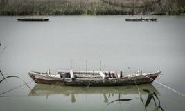 Lago tranquilo con los barcos de pesca Laguna del agua dulce en Estany de Cullera Valencia, España Imagenes de archivo