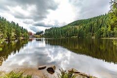 Lago tranquilo de la montaña con reflexiones imagenes de archivo