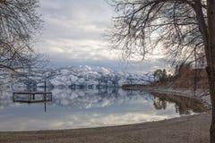 Lago tranquilo después de la tormenta de la nieve, Kelowna del oeste, Okanagan, A.C. imagen de archivo
