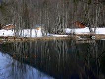 Lago tranquilo en invierno con la cabaña del fin de semana Fotografía de archivo libre de regalías