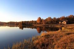 Lago tranquilo en otoño fotos de archivo